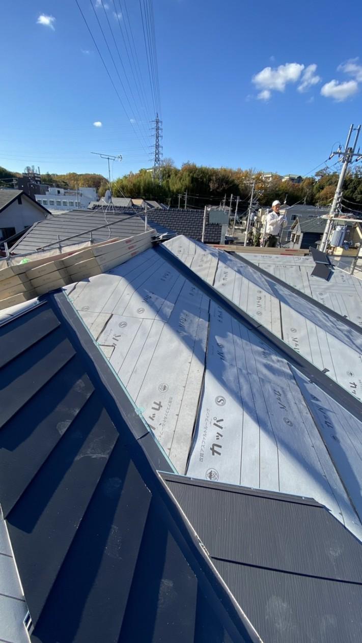三田市での断熱効果を高める瓦屋根葺き替え工事で屋根を葺いている様子