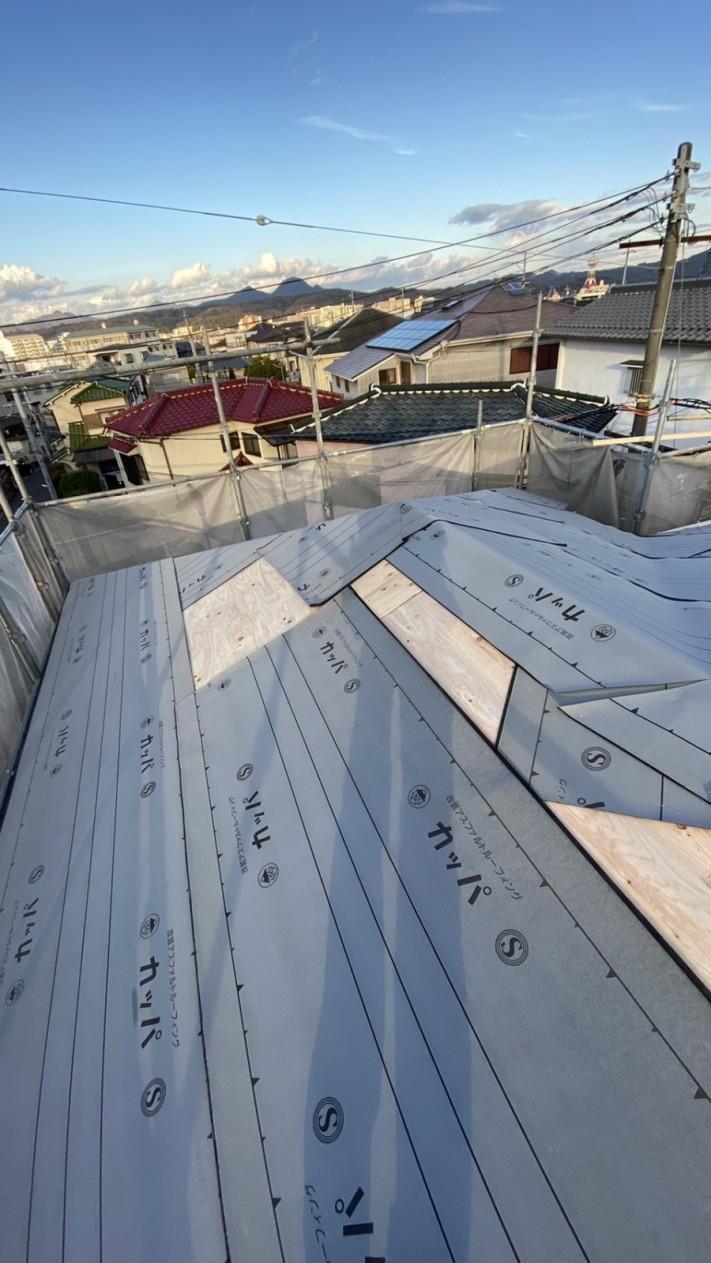 三田市での断熱効果を高める瓦屋根葺き替え工事で防水シートを貼っている様子