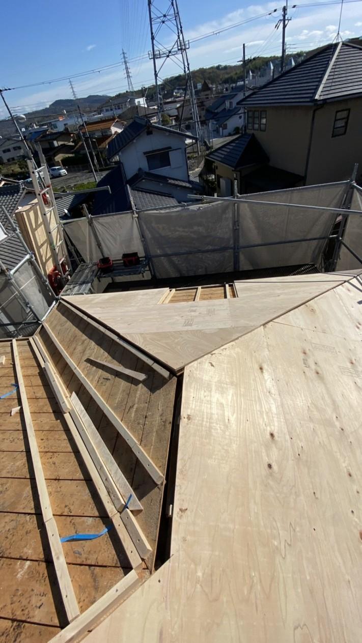三田市での断熱効果を高める瓦屋根葺き替え工事で下地用合板を貼っている様子