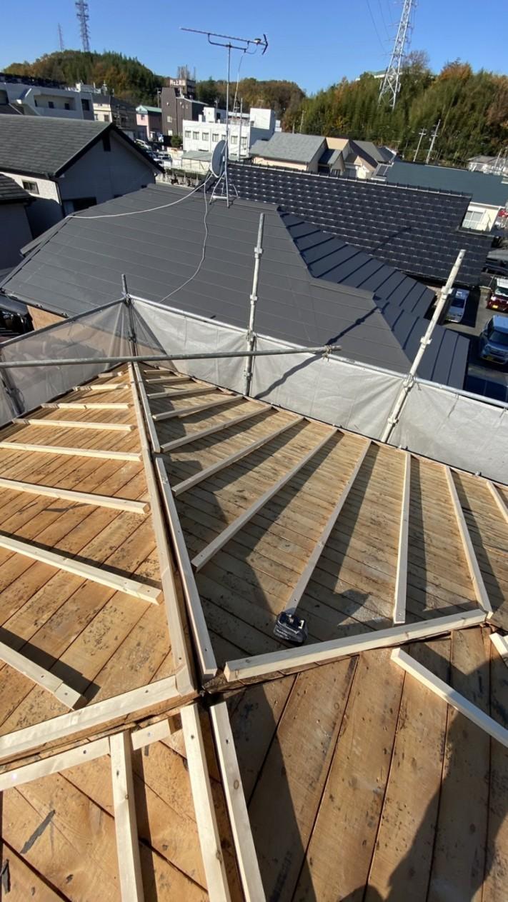 三田市で断熱効果を高める瓦屋根葺き替え工事で垂木を取り付けている様子