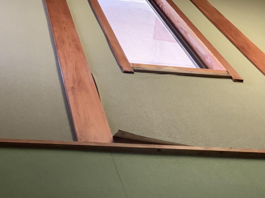 神戸市須磨区での屋根工事無料見積もりで室内のクロスが剥がれている様子