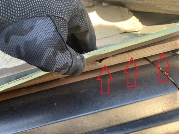 雨押え板金の中に入っている木材の様子