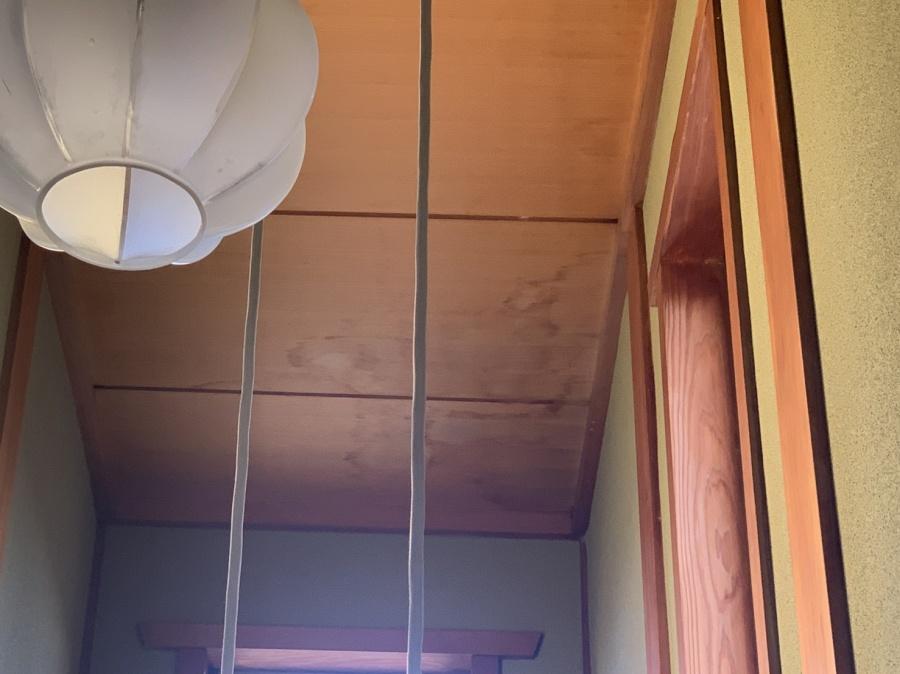 神戸市須磨区での屋根工事無料見積もりで廊下の天井に雨シミが付いている様子