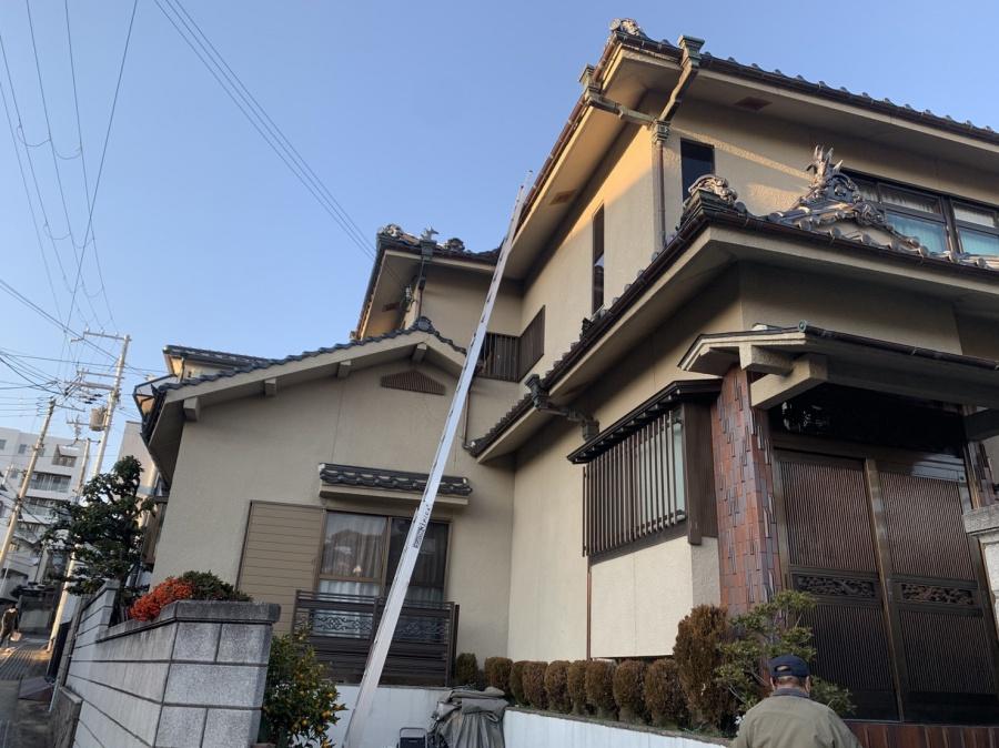 神戸市須磨区での屋根工事無料見積もりで瓦屋根に梯子を掛けている様子