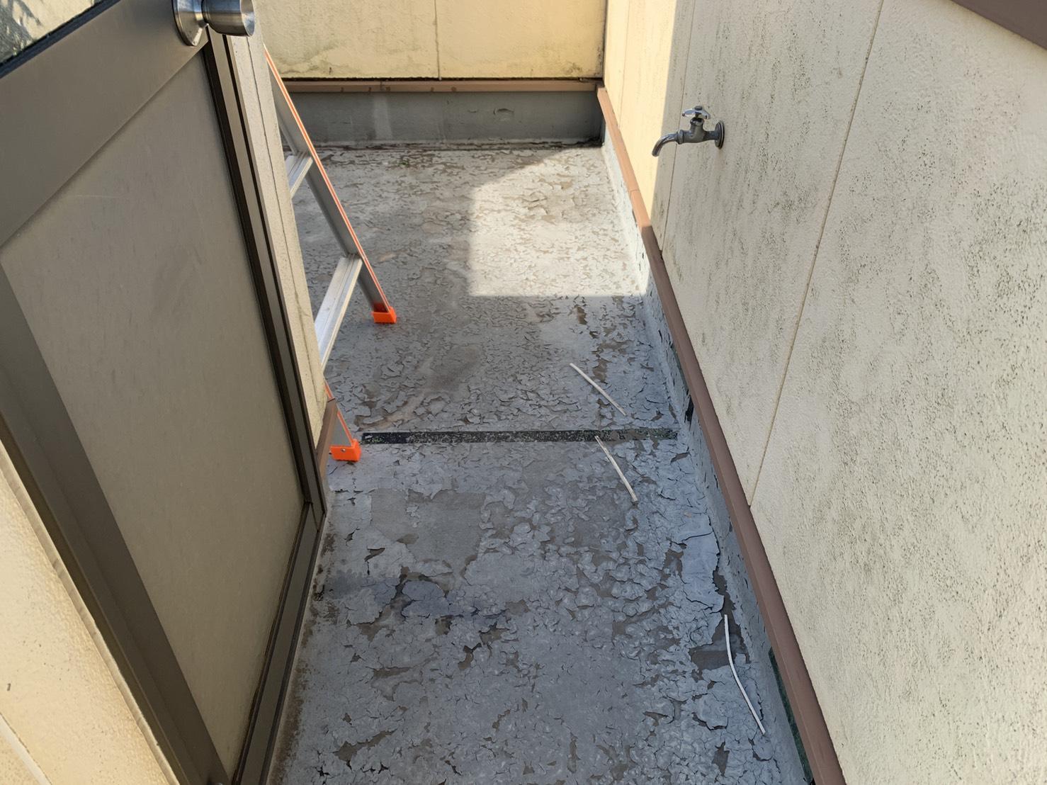 神戸市垂水区での表面がひび割れたベランダ防水の様子