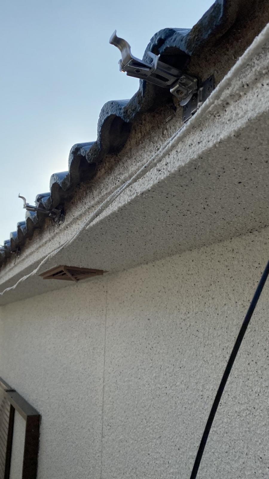 淡路市での雨樋修理で受け金具を取り付けている様子