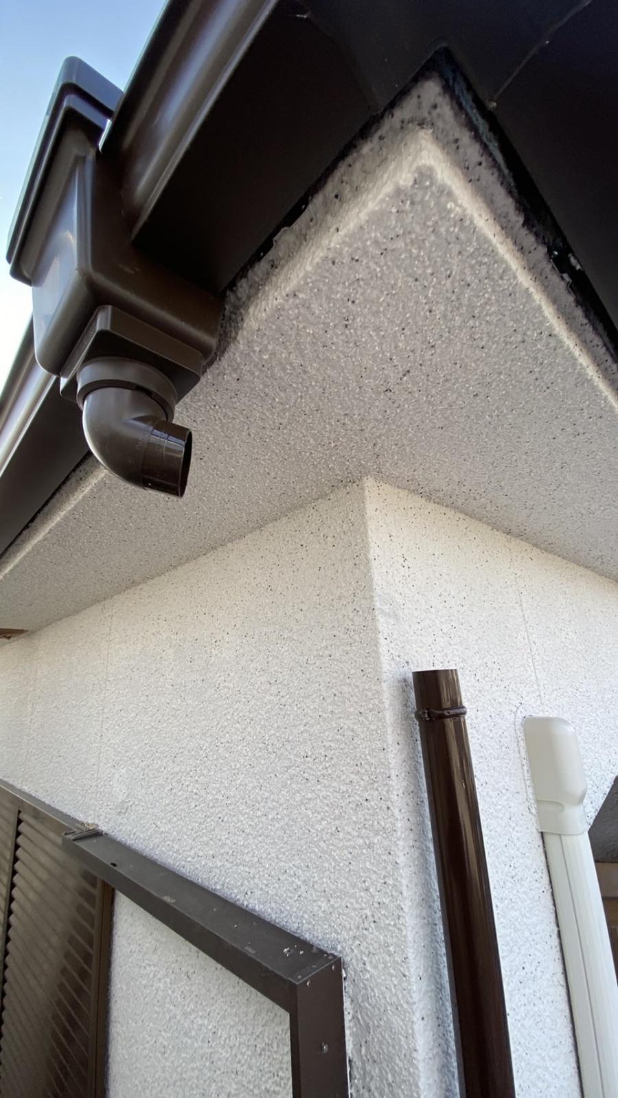 淡路市での雨樋修理で軒樋を取り付けている様子