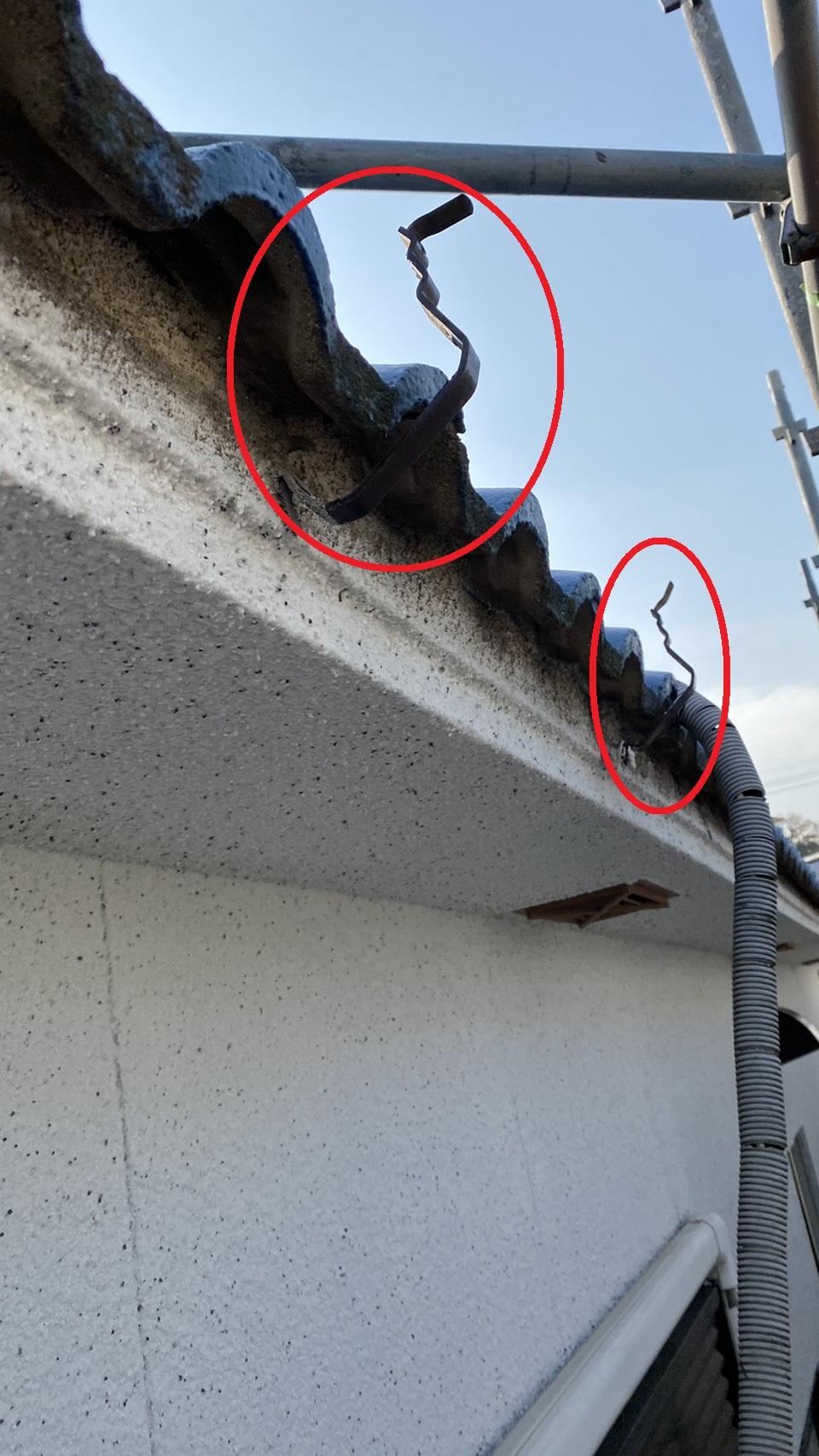 雨樋修理で既存の軒樋を撤去した様子