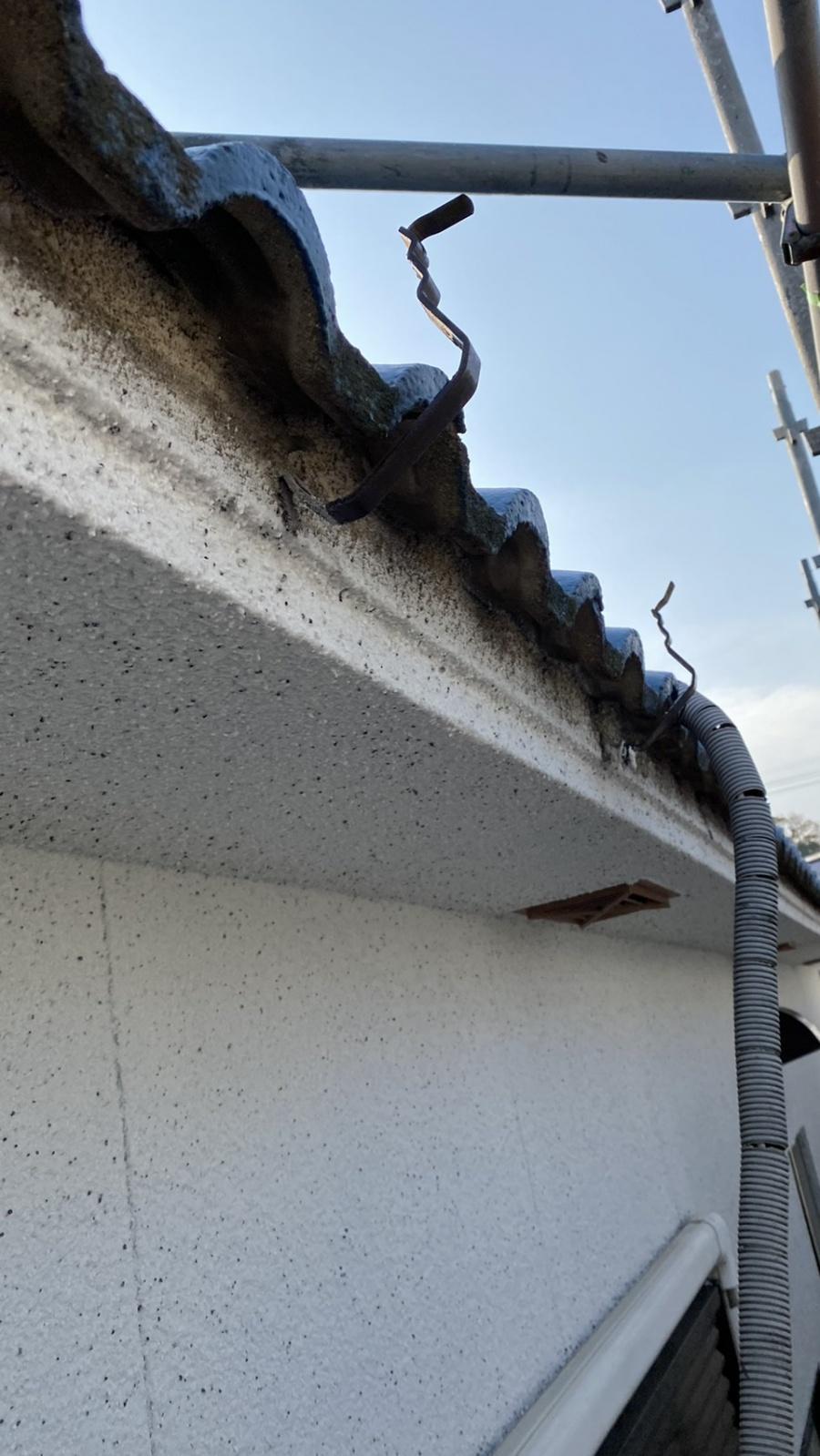 淡路市での雨樋修理で既存の雨樋を撤去した様子