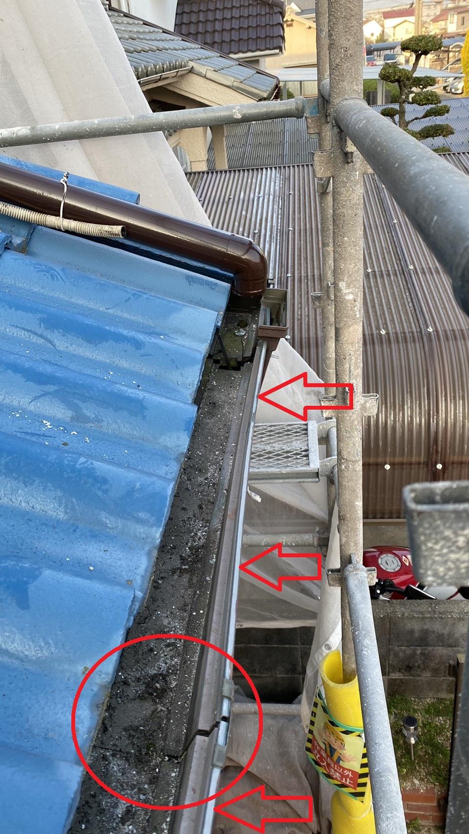 三木市で修理が必要となった水漏れしている雨樋の様子