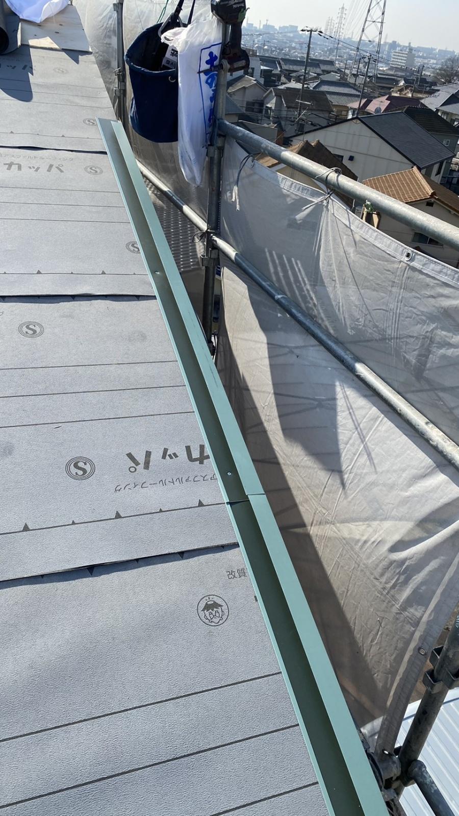 神戸市垂水区での金属屋根葺きでケラバ部に水切りを取り付けている様子