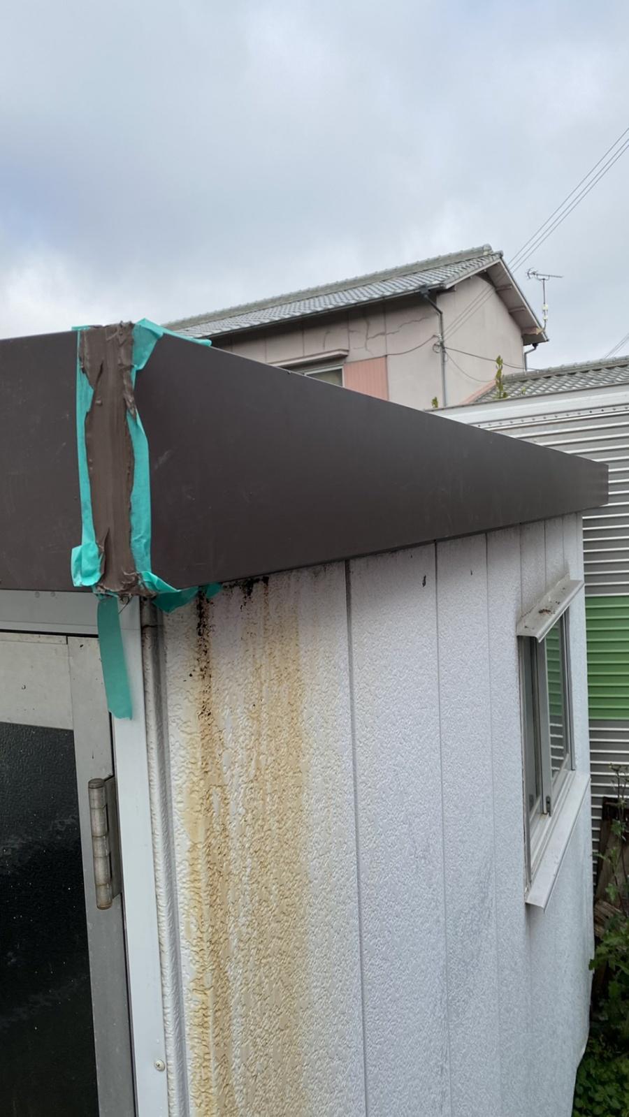 三木市での外壁修理で幕板の端部にコーキングをしている様子