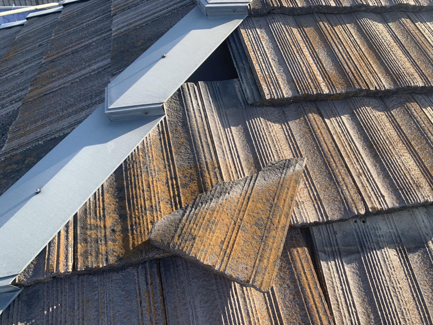 神戸市垂水区で、瓦屋根がズレている様子で落ちそうになっているセメント瓦