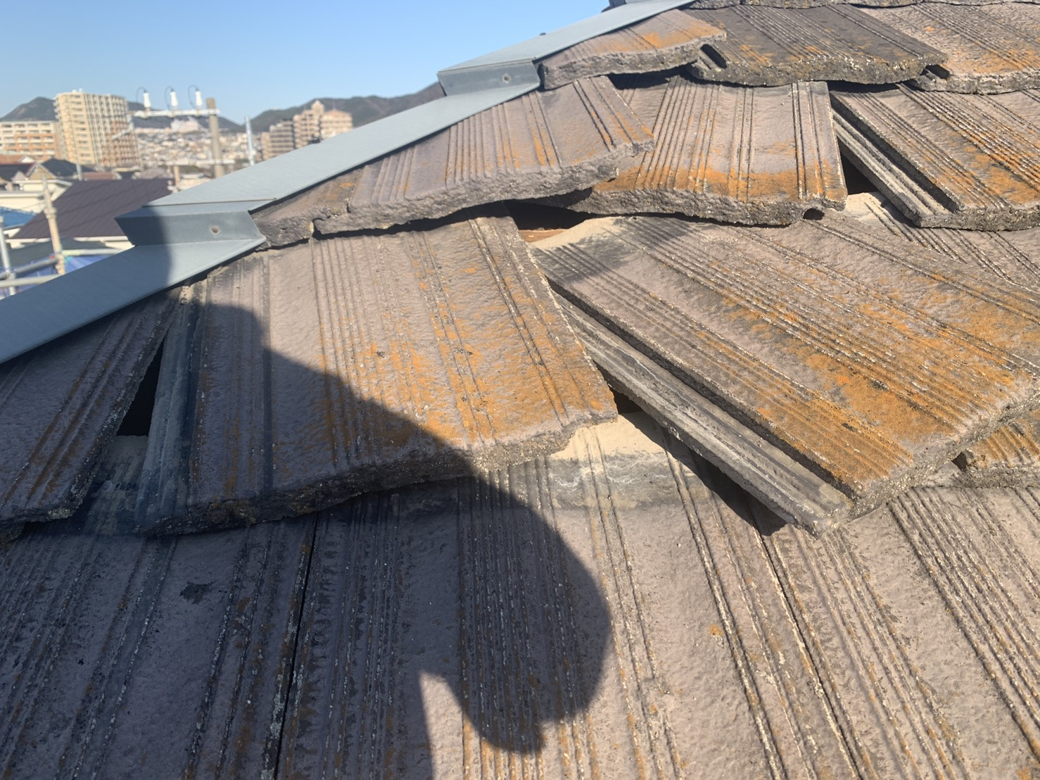 神戸市垂水区で瓦屋根がズレている様子