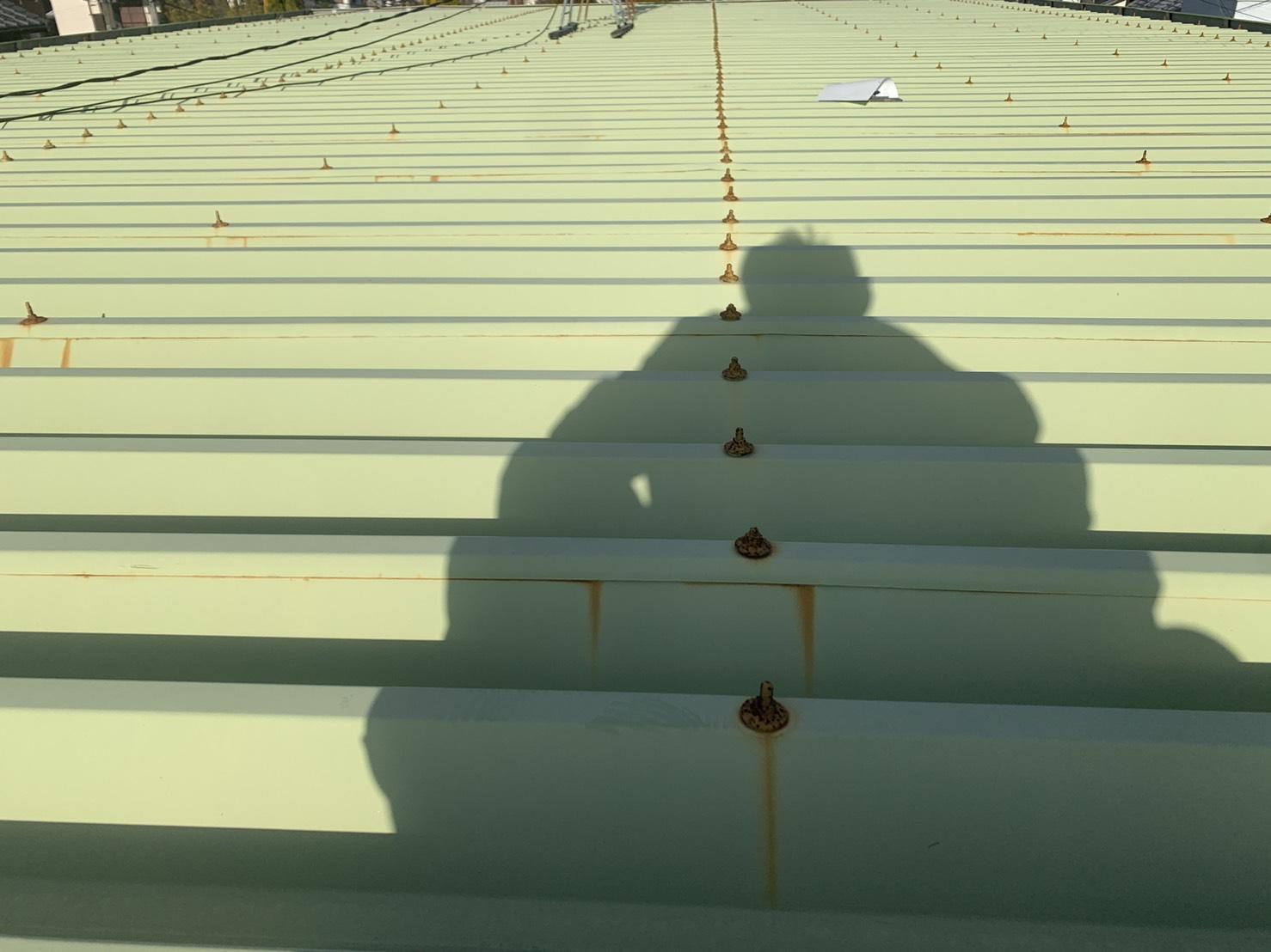 明石市での屋根診断で錆び付いた屋根のボルトの様子