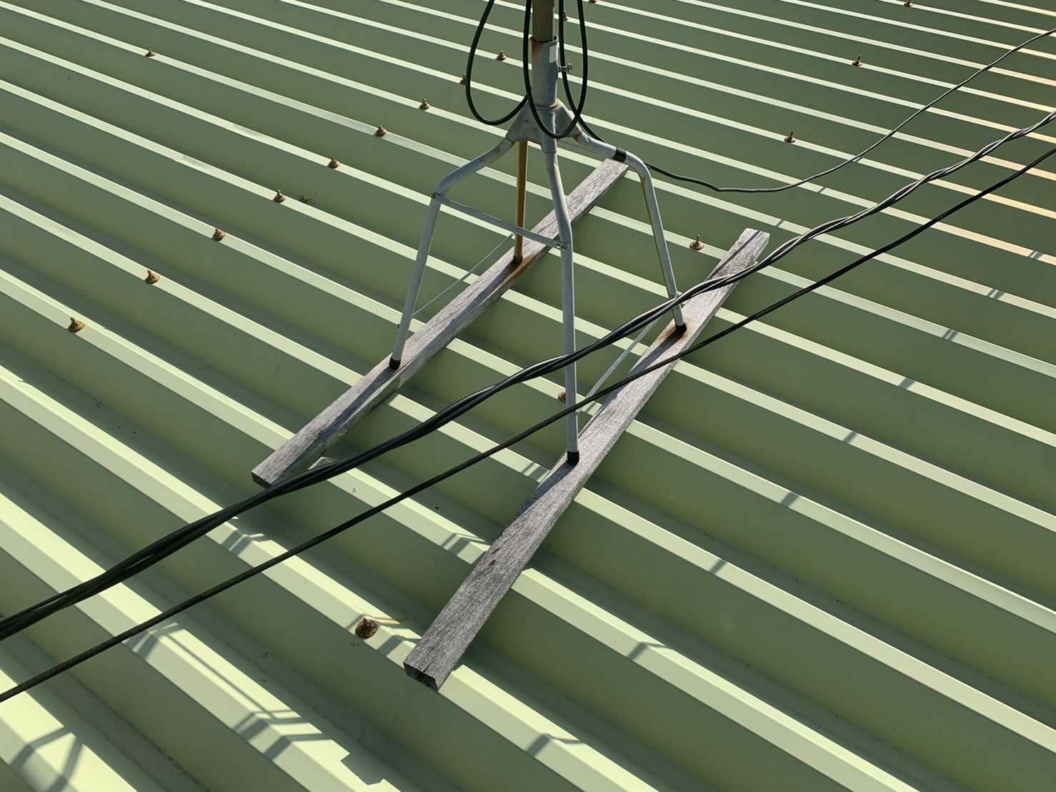 明石市での屋根診断で屋根上のアンテナの様子