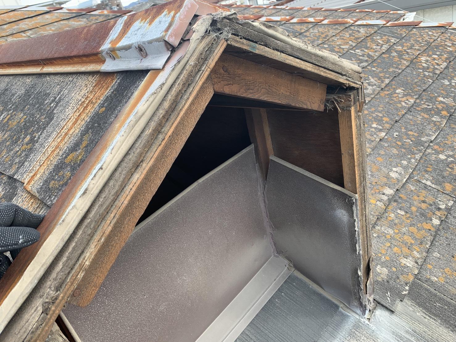 カバーが飛ばされた鳩小屋の様子