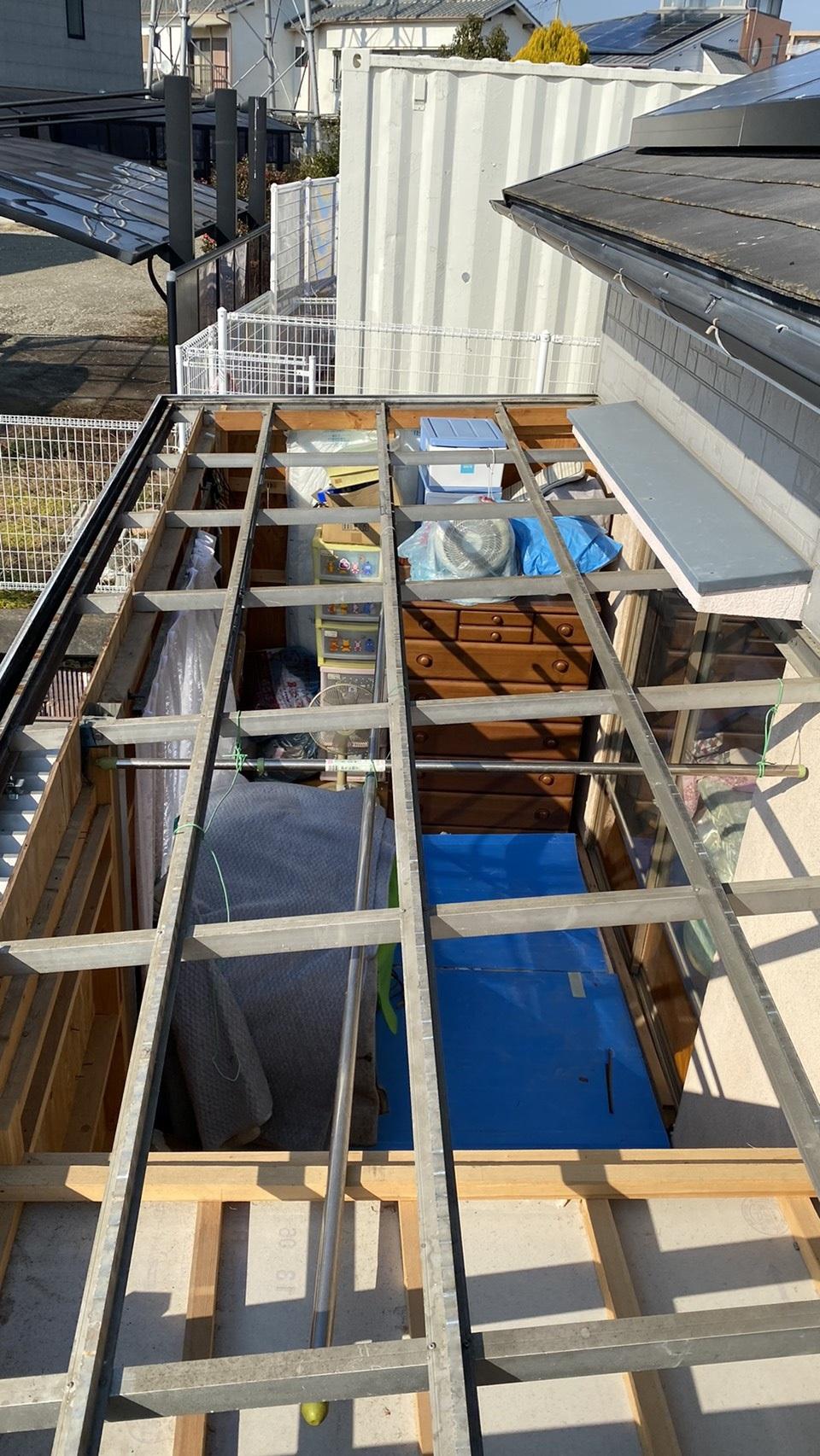 明石市でポリカ波板を貼るために錆びたトタン屋根を撤去した様子