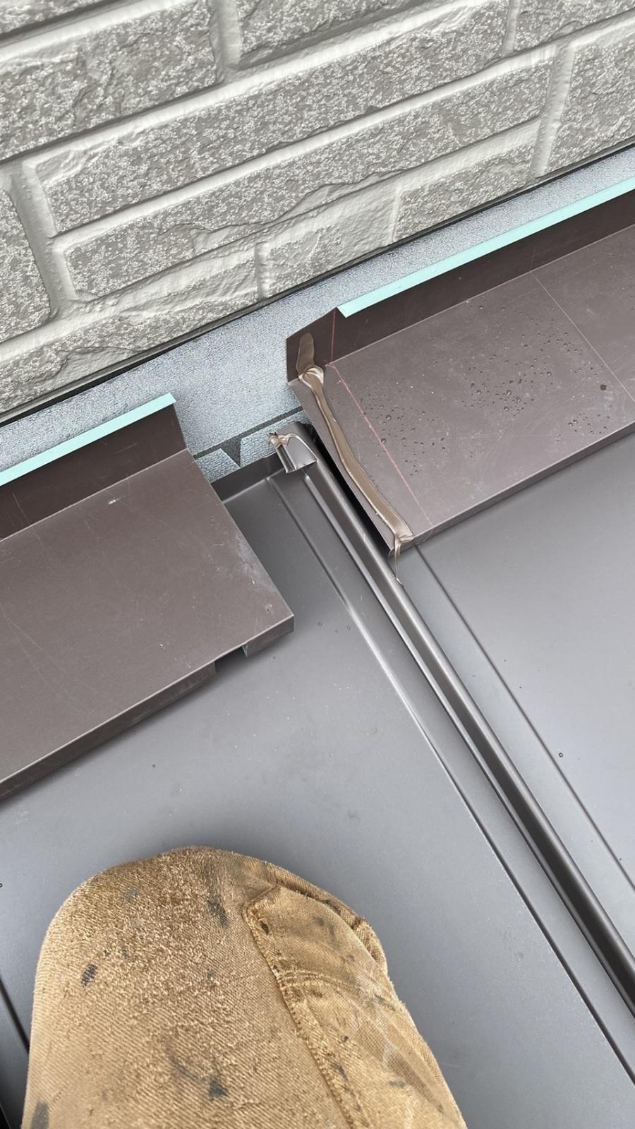神戸市垂水区での屋根修理で雨押え板金を取りつけている途中