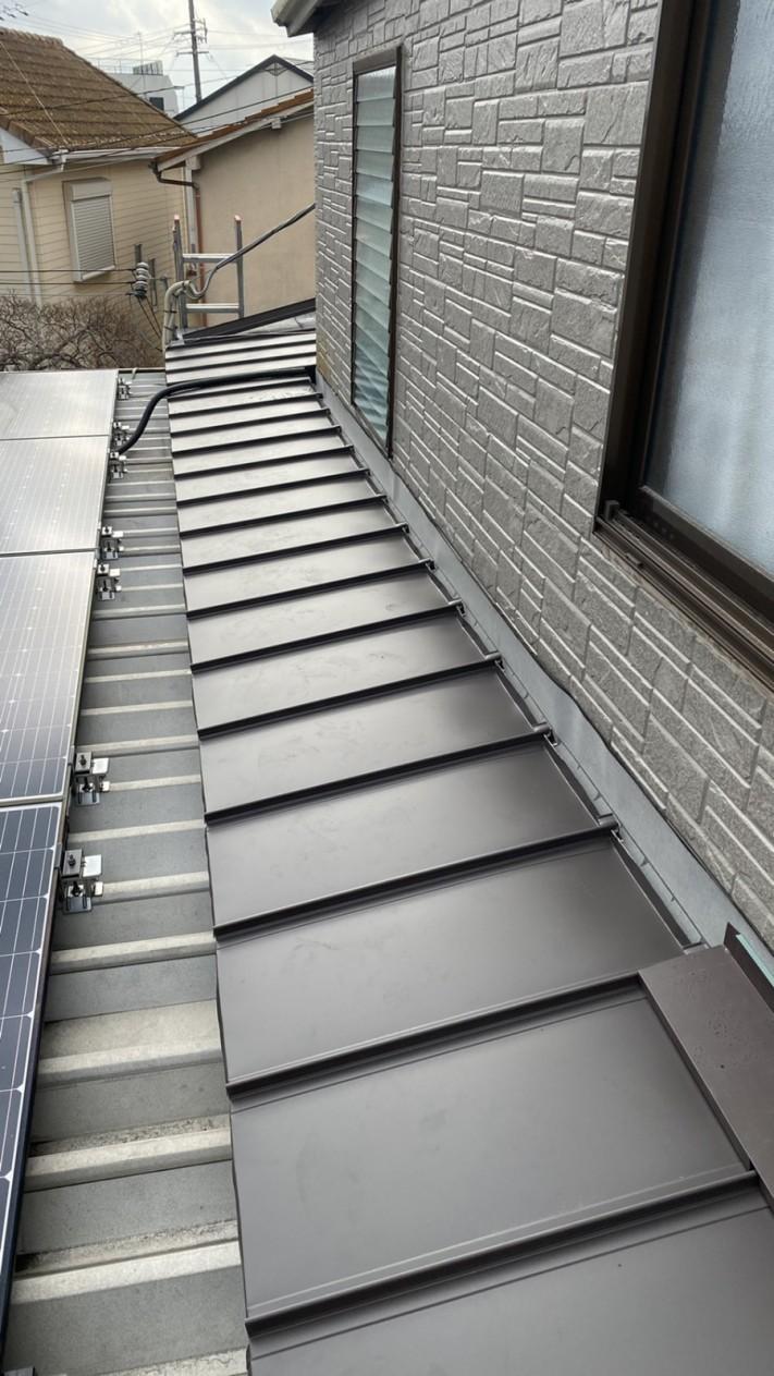 神戸市垂水区での屋根修理で雨押え板金を取り付けている様子