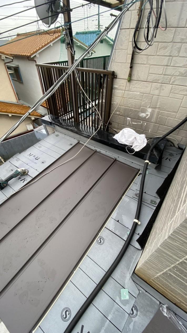 神戸市垂水区での屋根修理で立平を葺いている様子