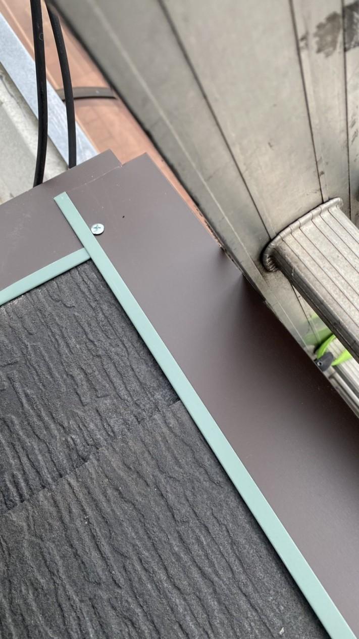 神戸市垂水区での屋根修理で水切りを取り付けている様子
