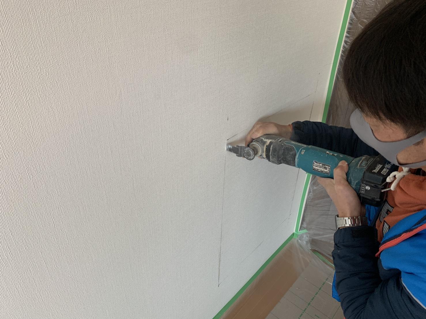 神戸市西区の異音調査で壁を切断している様子