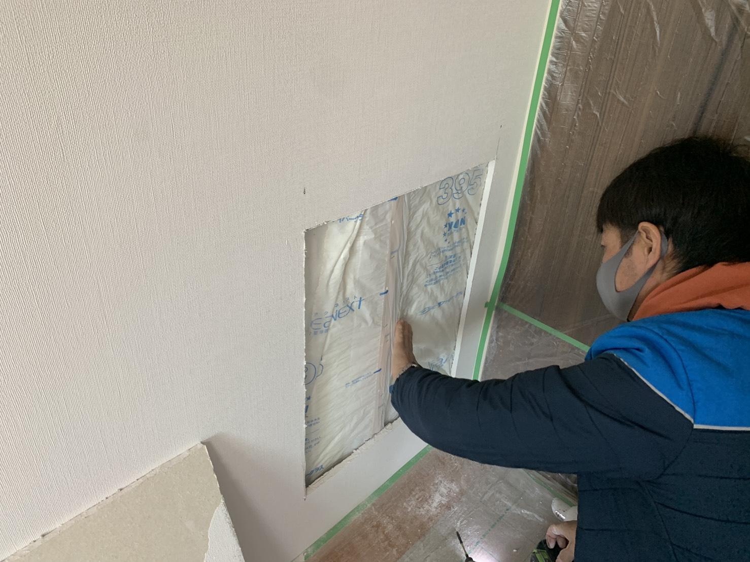 壁の中の断熱材も撤去している様子