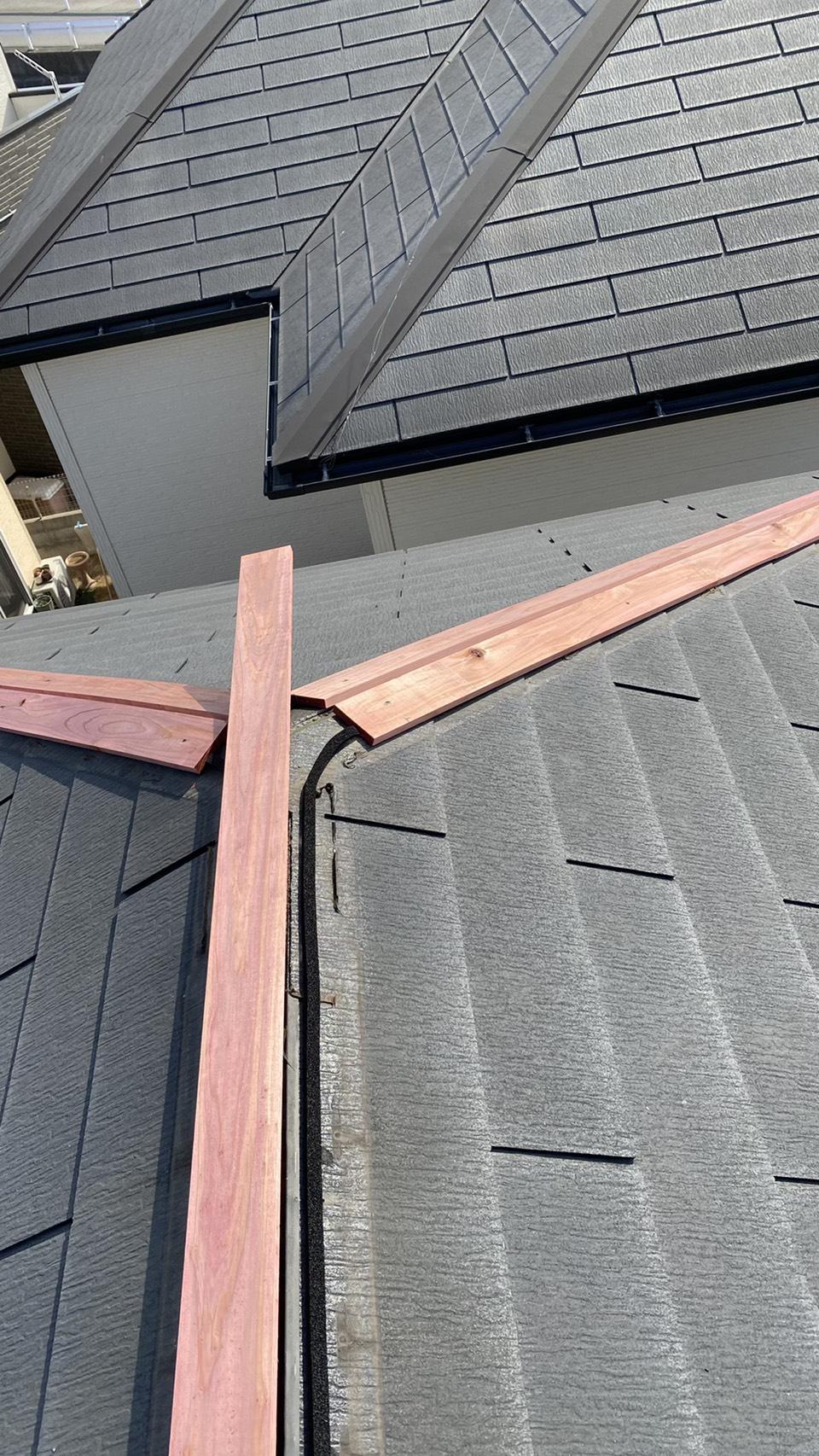 神戸市西区での板金工事で棟木を取り付けている様子