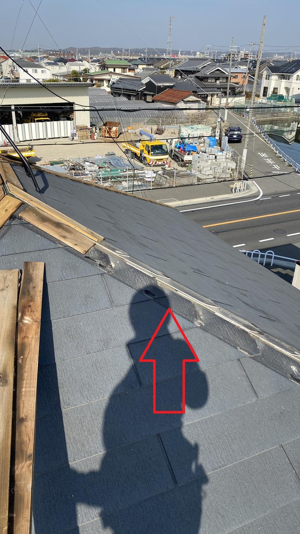 神戸市西区での板金工事で棟木を撤去し終えたスレート屋根の様子