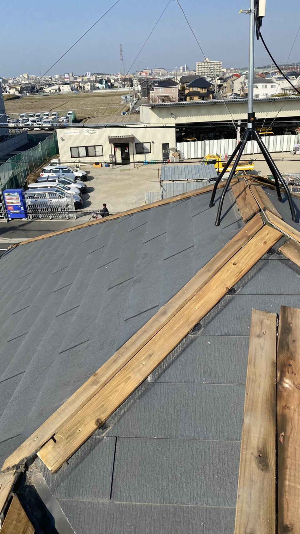 神戸市西区での板金工事で棟木を撤去している様子