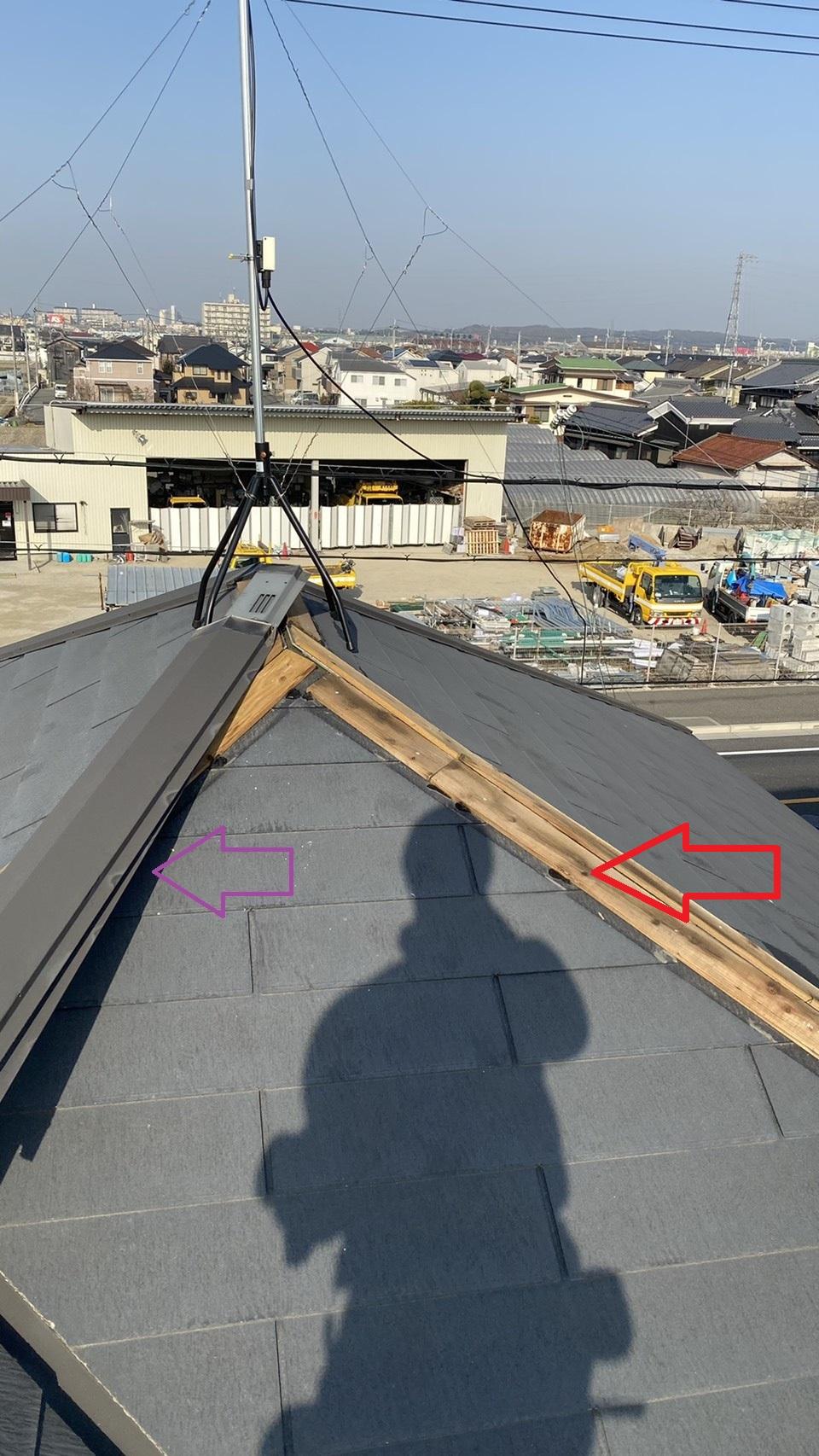 神戸市西区での板金工事で棟板金を撤去した様子