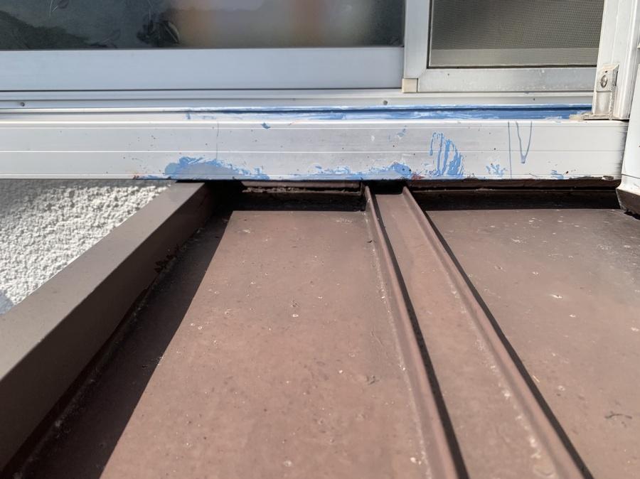 明石市トタン屋根工事の調査で壁際のトタン屋根の様子