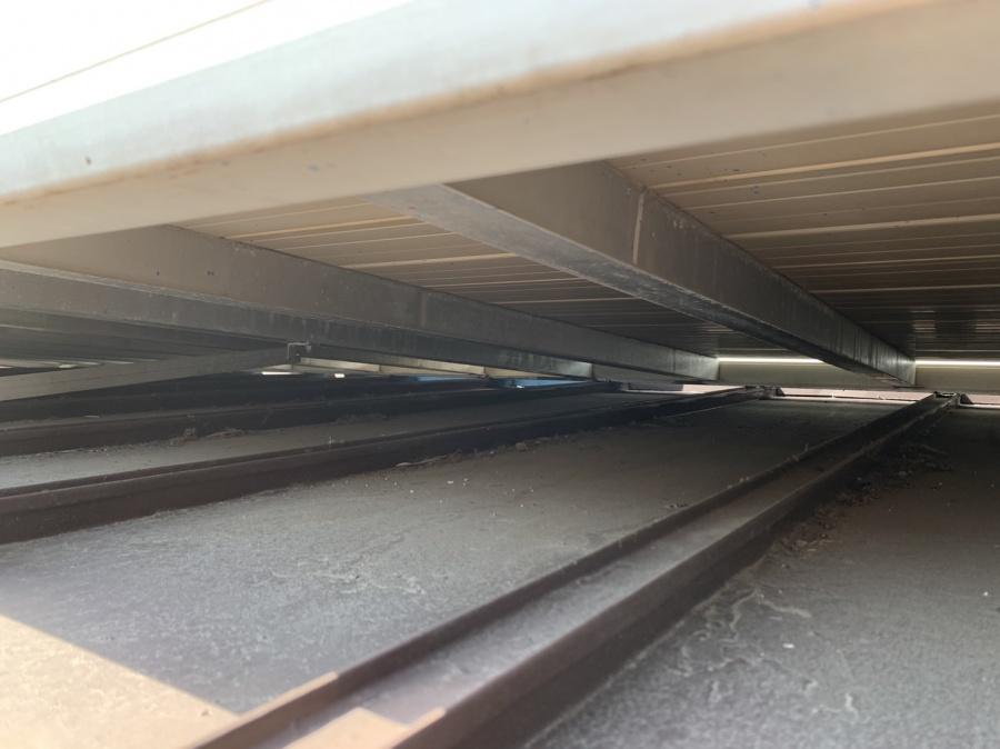 明石市トタン屋根工事の調査でベランダと屋根のすき間の様子
