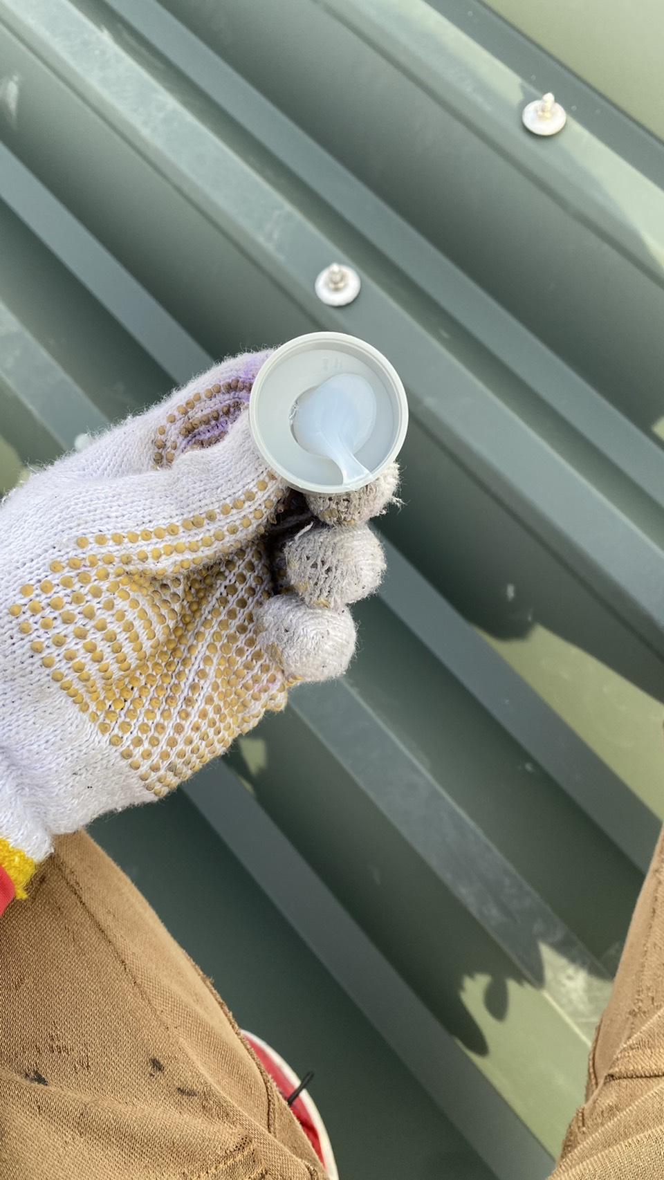 明石市での屋根工事でボルトにキャップを取り付けている様子
