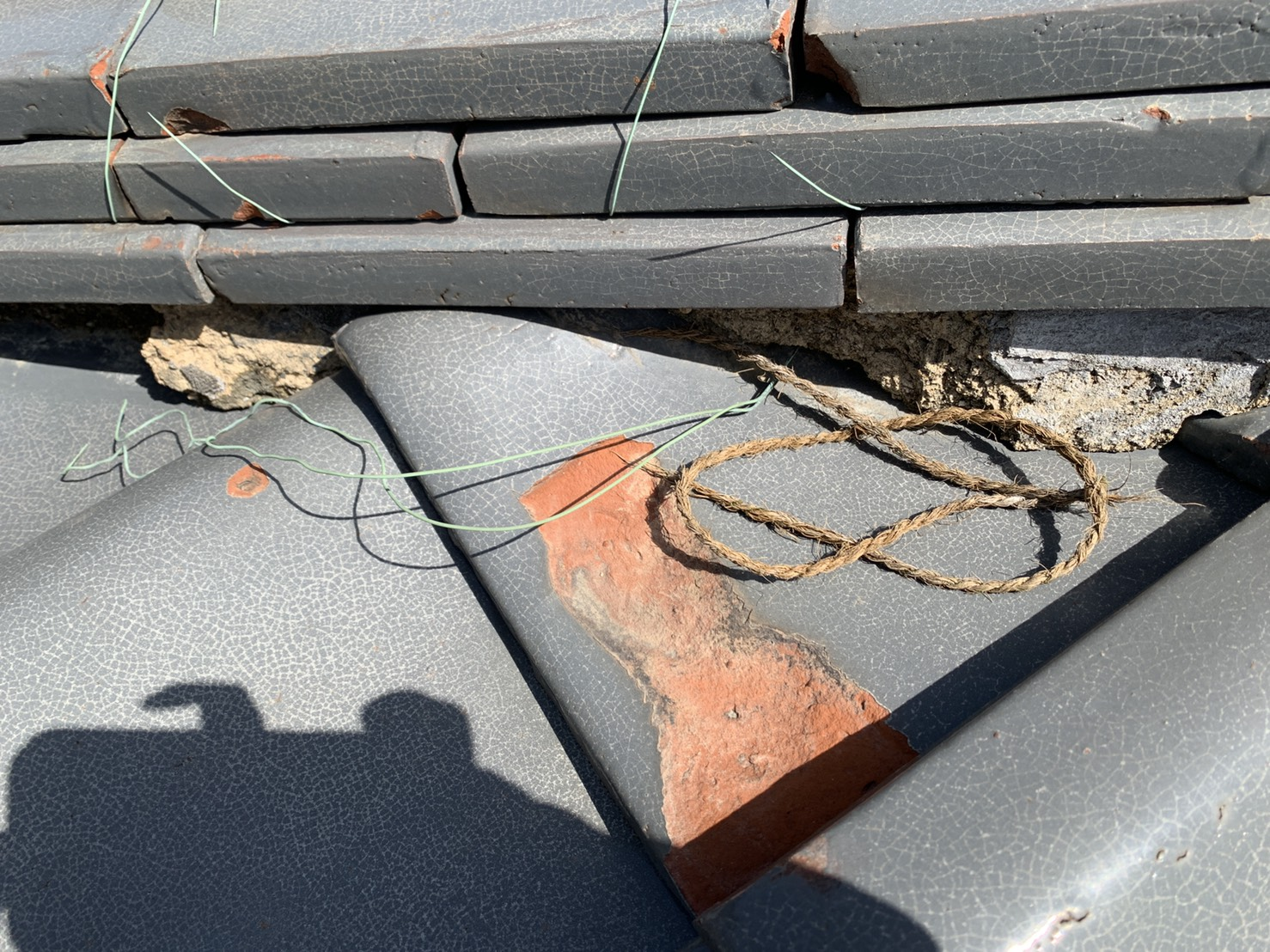 劣化して表面が剥離した瓦屋根
