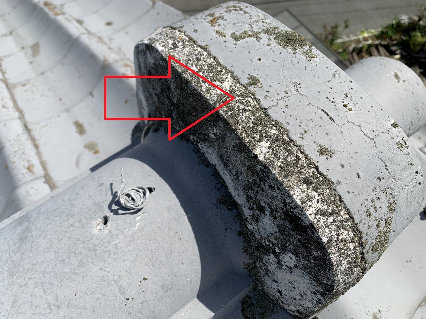 瓦屋根に使用されている漆喰が雨漏りにより腐食している様子