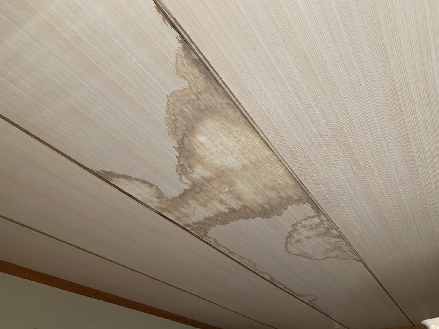 増築部分が原因で雨漏りした室内の様子