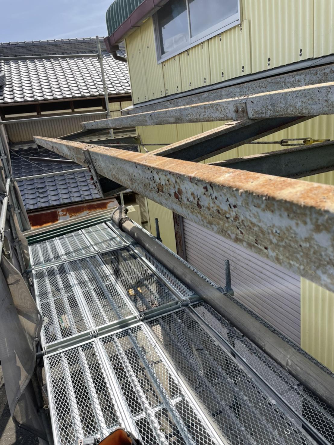 倉庫のスレート波板屋根を撤去した様子