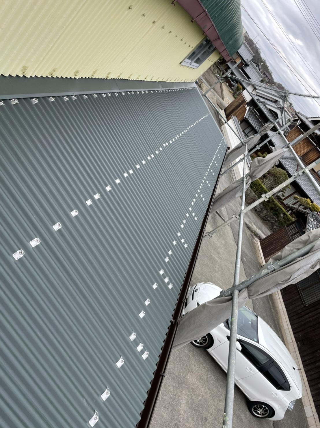 倉庫のスレート波板屋根をガルバリウム鋼板波板に貼り替えた様子