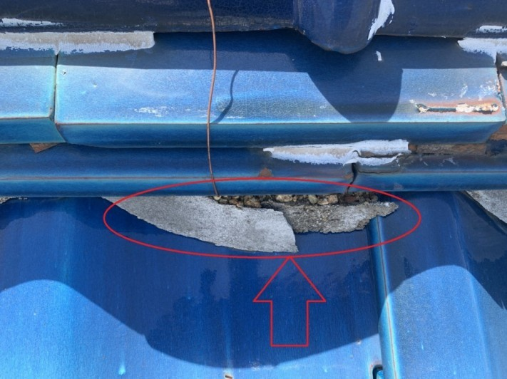 屋根修理のお見積もりで漆喰を点検した様子