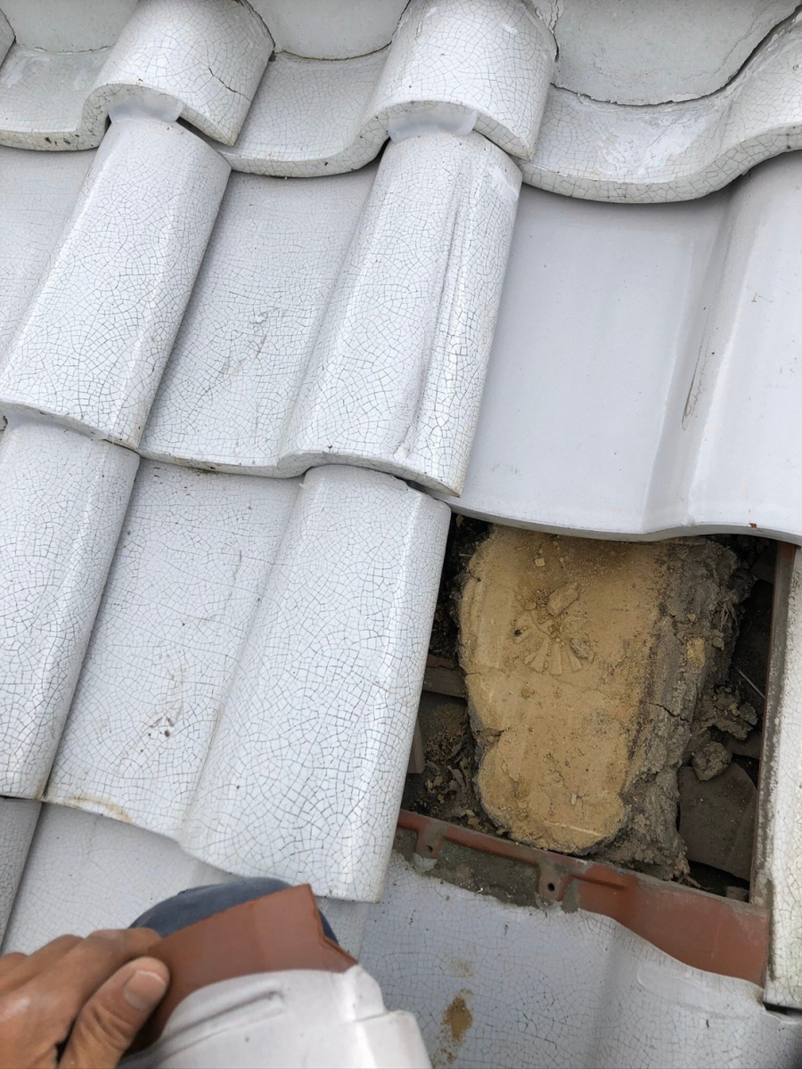 瓦屋根を1枚だけ撤去した様子
