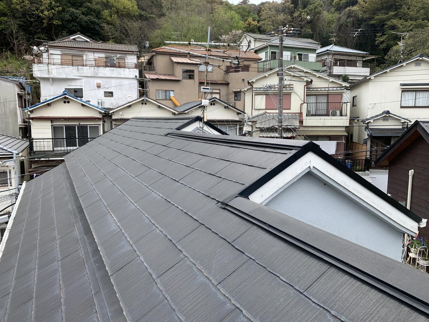 神戸市長田区で雨漏りの原因となったスレート屋根の様子