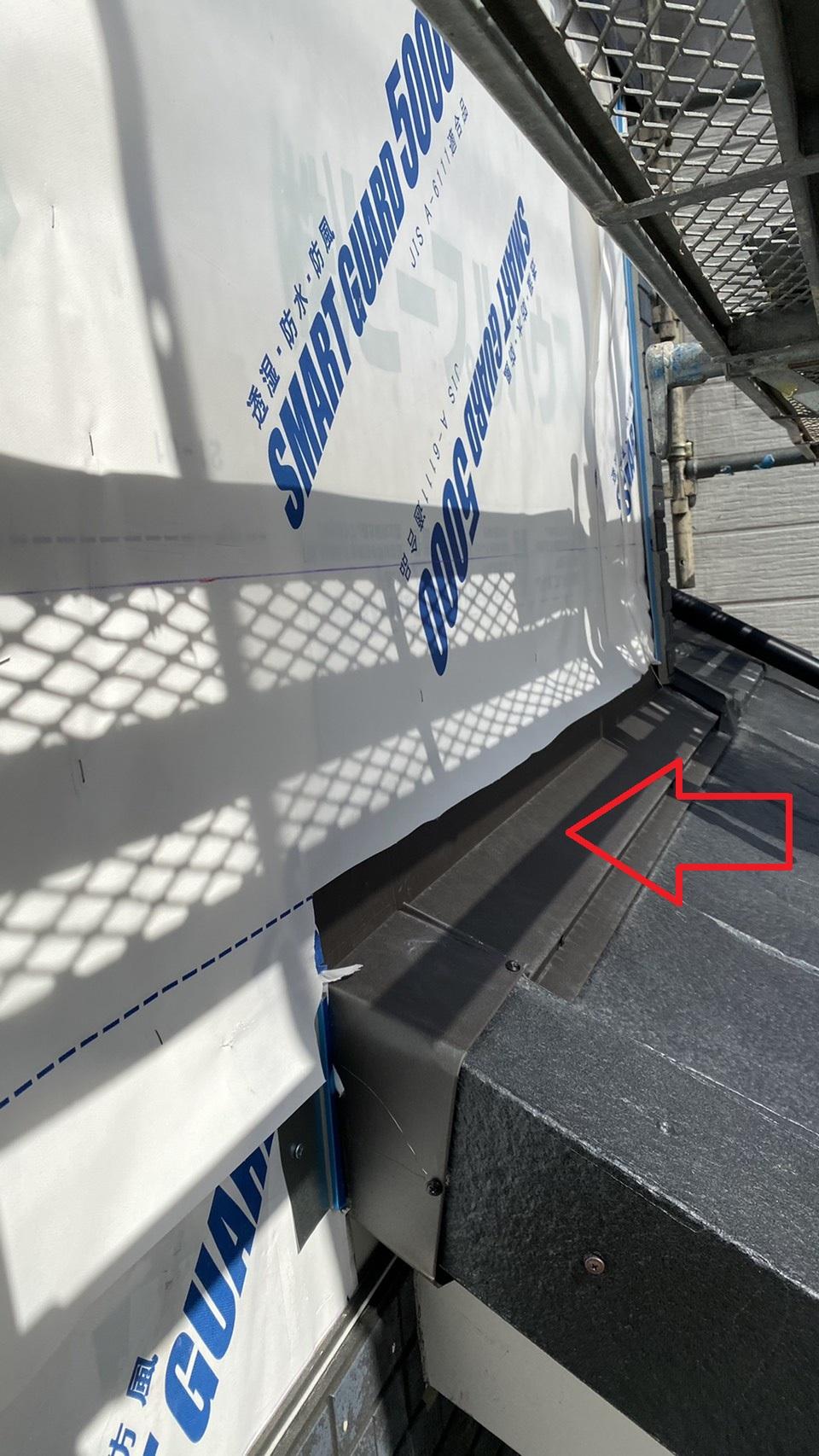 神戸市垂水区でのベランダサイディング張り替えで下屋根に雨押え板金を取り付けた様子