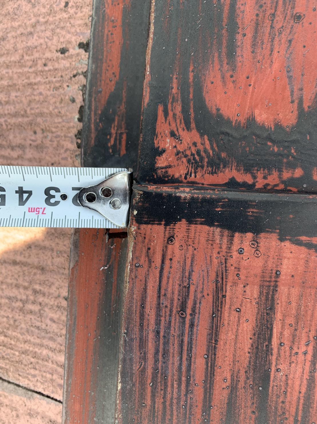 加古川市での屋根診断で棟板金の釘が浮いている様子