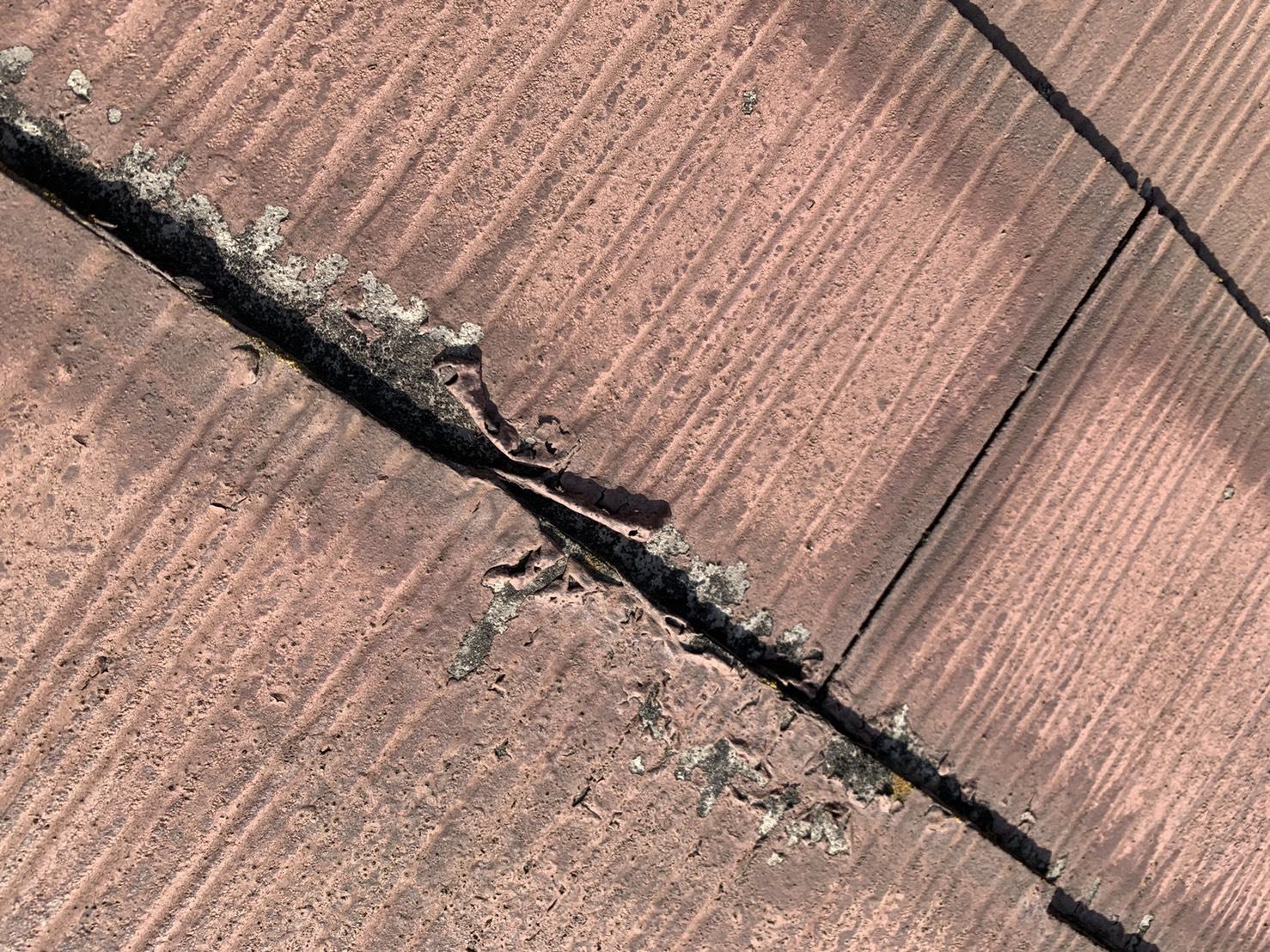 加古川市での屋根診断で既存の塗料が剥がれているスレート屋根
