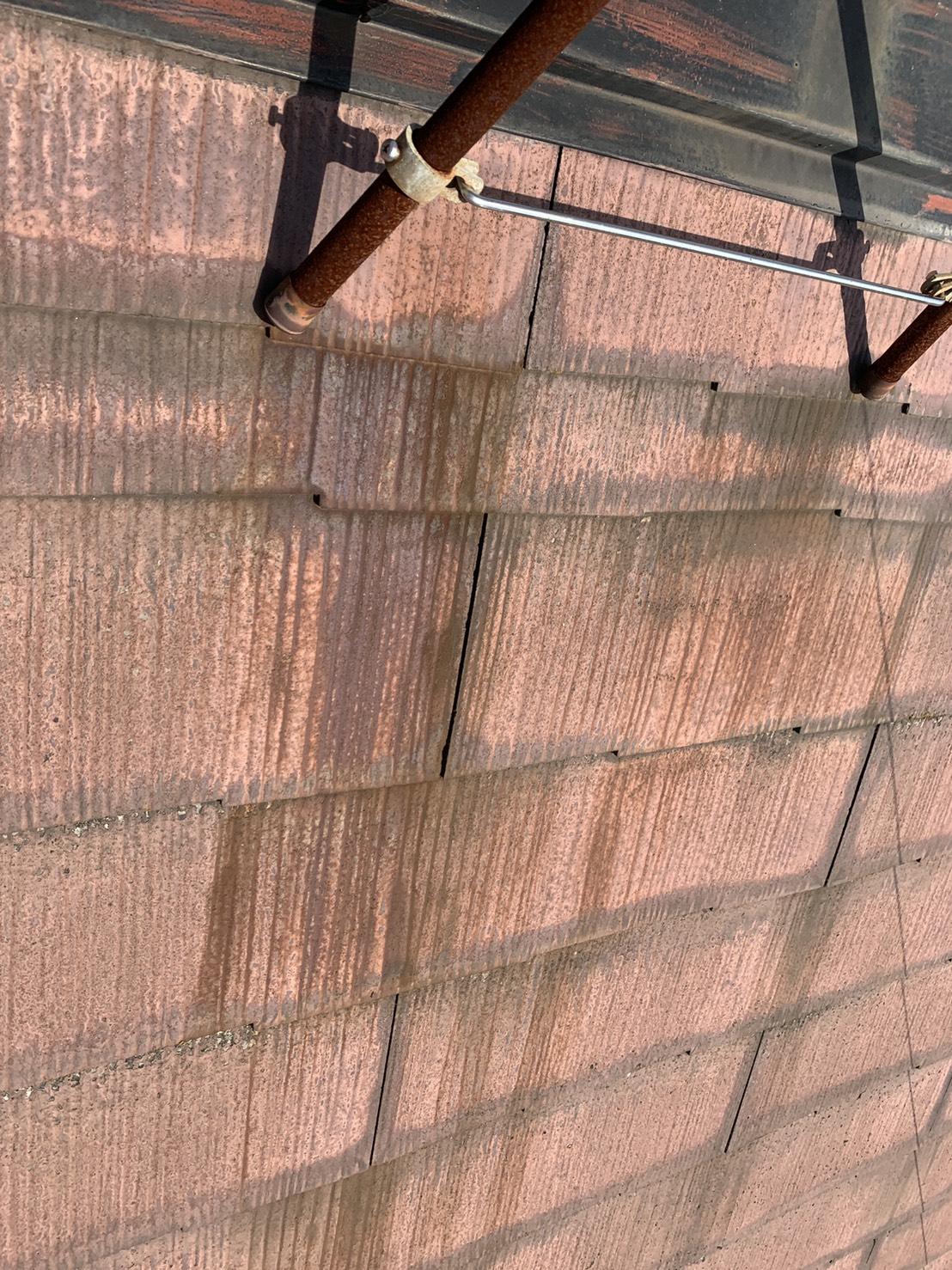 加古川市での屋根診断でスレート屋根に錆が写っている様子