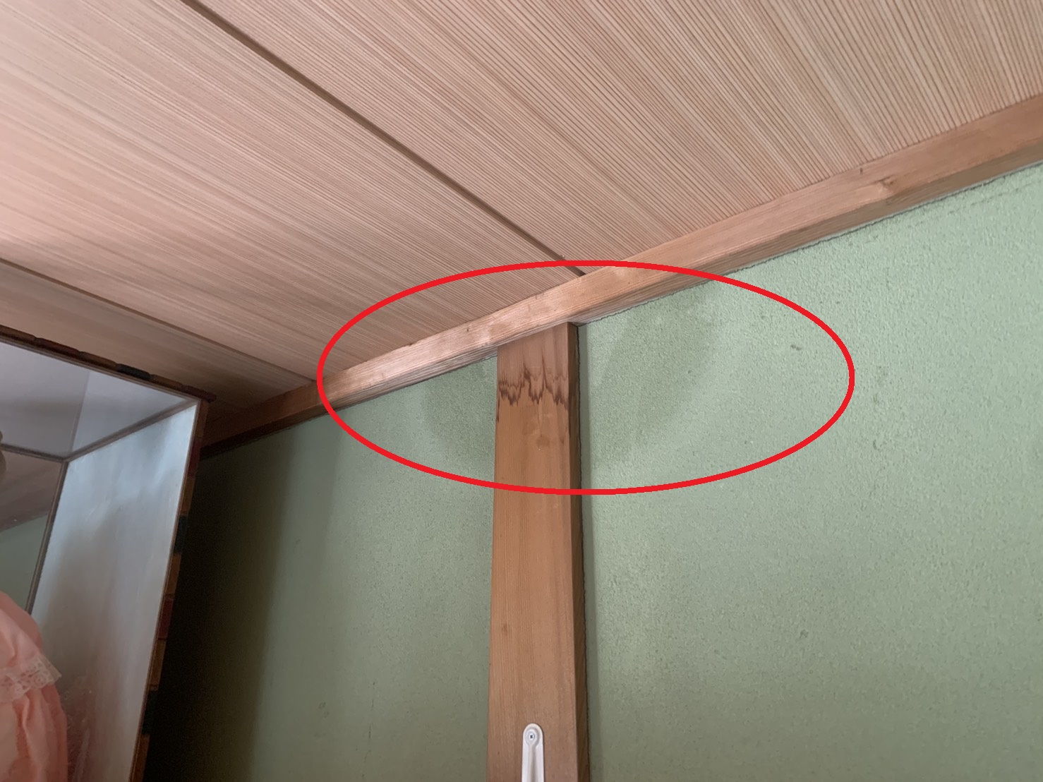 瓦屋根調査で雨漏りの様子を室内から見た様子