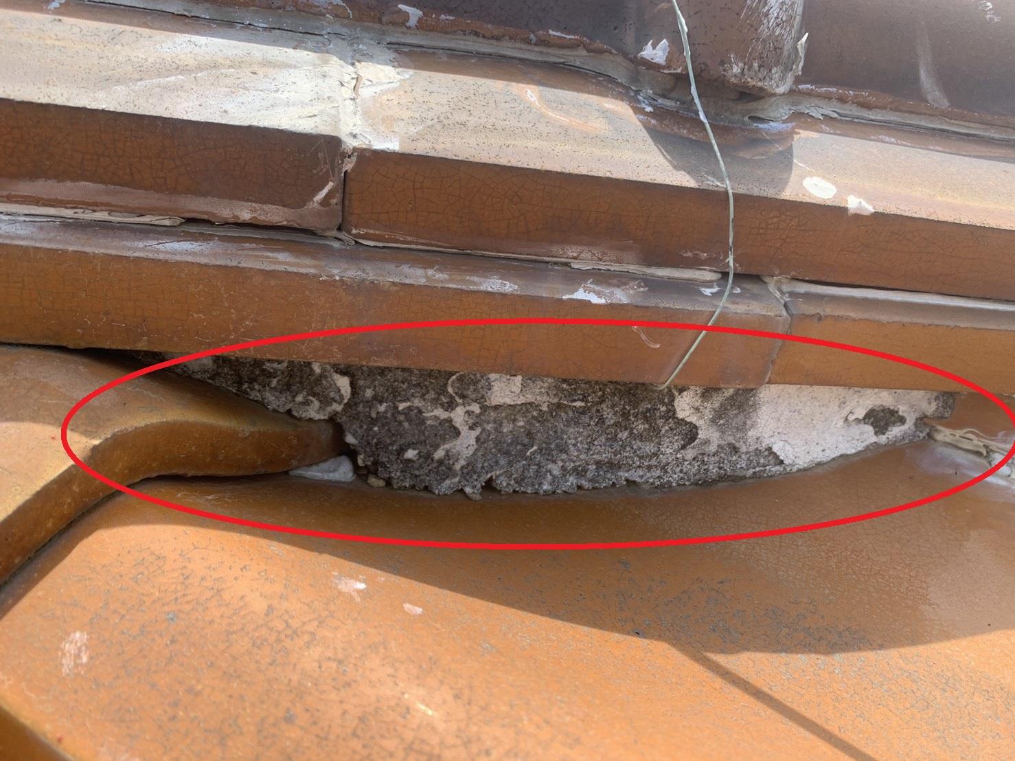 雨漏りが原因で漆喰の表面が劣化している様子