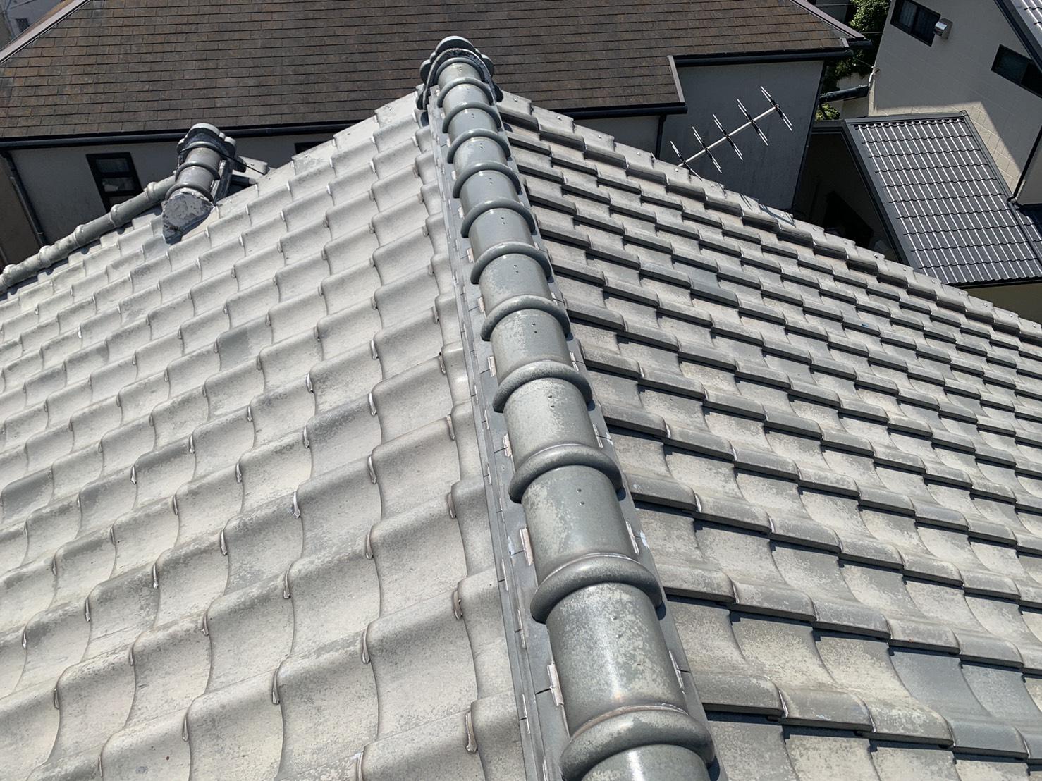 アンテナ倒壊による屋根被害がないかを調査している様子